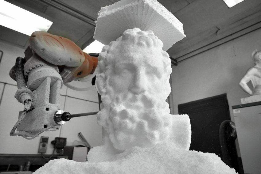 faragott díszlet szobor